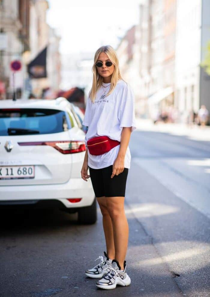 how to wear a fanny pack and oversized t shirt 11